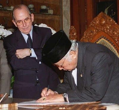 suharto-camdessus.jpg