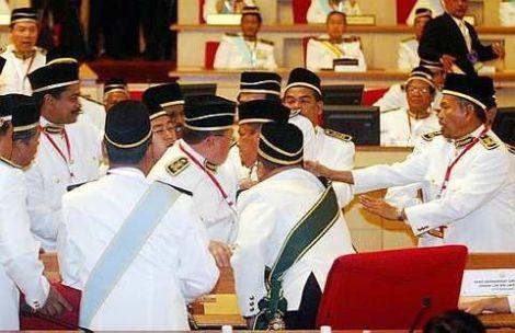 ADUN PR Perak bertindak liar menyerang ADUN BN dalam DUN Perak