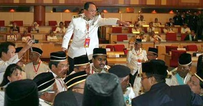 ADUN DAP blatantly stood on the bench and was yelling  despite HRH Regent of PerakDYTM Pemangku Raja Perak was still present in the DUN Perak chambers