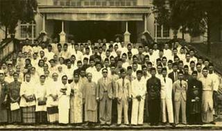 Peristiwa bersejarah UMNO ditertubuh di Istana Besar Johor. Barisan hadapan, ditengah (berkaca mata hitam) ialah DYTM Tunku Mahkota Johor, mewakili DYMM Sultan Johor mencemar duli merasmikan konvensyen dimana UMNO lahir ini