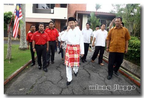 "Feriz dan Prowaris baju merah kunun kunun sebagai dari ""inner circle"" Dato' Mukhriz yang iringi dia dari Titigajah ke pentas dihalaman"