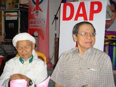 Nik Aziz atas platform DAP chauvinis Cina anti Islam bersama Lim Kit Siang