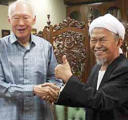 Nik Aziz memberi 'endorsement' kepada anasir anti-Melayu/Islam Asia Tenggara Lee Kuan Yew