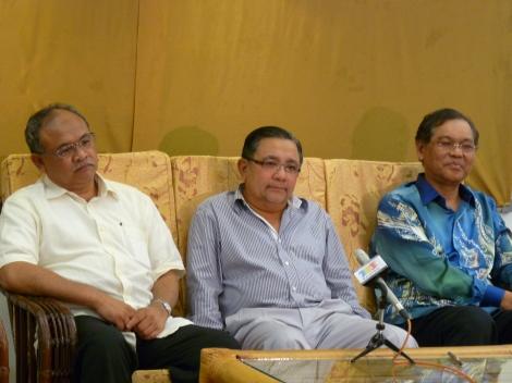 Pengarah Besar Lembaga FELDA Dato' Seri Dzulkifli Wahab, Pengerusi Lembaga FELDA Tan Sri Isa Samad dan CEO FGVH Dato' Seri Sabri Ahmad semasa sidang media