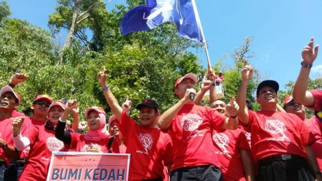 Dato' Paduka Mukhriz Mahathir at the launch of #savekedah campaign, Lake Pedu