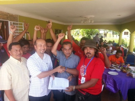 Dato' Paduka Mukhriz Mahathir receiving application forms to join UMNO