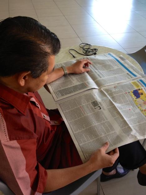 Naib Presiden PAS Salahuddin Ayub membaca kolumn 'Cuit' hari ini.