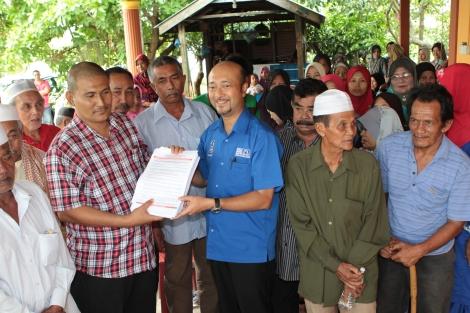 Penyerahan borang ahli PAS untuk menyertai UMNO di Kg Matang Kong Bawah