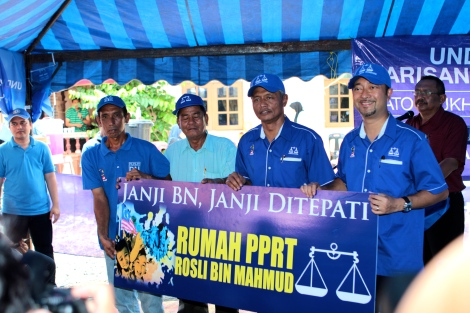 Dato' Mukhriz Mahathir dalam majlis penyerahan rumah PPRT di Kg Teluk Tui