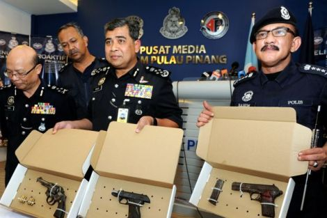 IGP Tan Sri Khalid Abu Bakar and Penang CPO Sr. DCP Dato' Abdul Rahim Hanafi showing the guns recovered from this morning's shoot out in Sg Nibong
