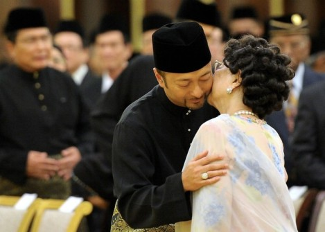 A kiss from Mummy at swearing in of Menteri Besar Kedah