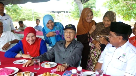 Tun Dr Mahathir with ADUN for Sg Tiang and Exco for Women and Family Affairs Dato' Suraya Yaacob at PPK Buluh