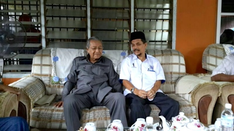 Tun Dr. Mahathir Mohamad with BN candidate for N20 Sg. Limau by-election Dr Ahmad Sohaimi Lazim