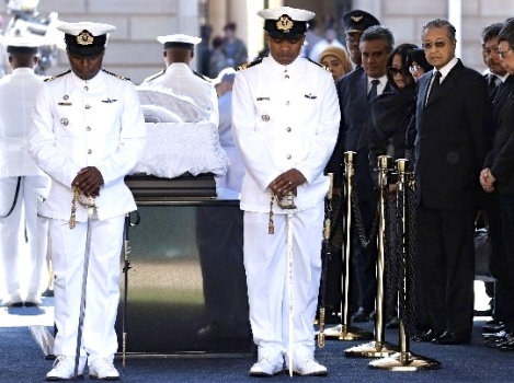 Fourth Prime Minister Tun Dr Mahathir Mohamad bidding farewell to First Democratic South African President Nelson R Mandela, Union Building, Pretoria