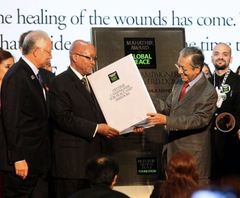 Mandela receiving the First Dr Mahathir Global Peace Award, in the presence of Prime Minister Najib
