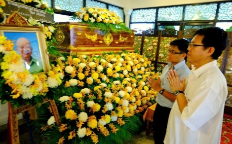 "Chinese Chauvinist DAP MP for Jelutong paying respect to the remains of Chin ""Butcher of Malaya"" Peng in Bangkok"