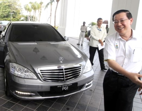 Chinese Chauvinist DAP Chief Minister of Pulau Pinang proudly grinning when receiving a brand new Mercedes Benz S300L as an official car
