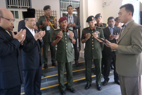 Hishamuddin and his entourage reciting the doa for the 146 gallant warriors of 1 FMR. 13 Feb 2014
