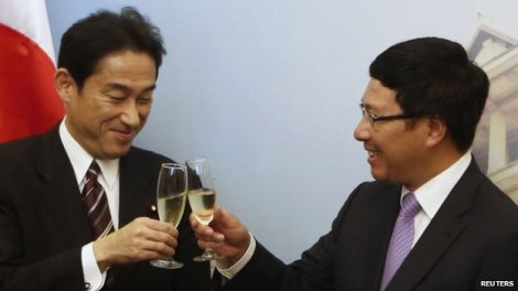 Japan's Foreign Minister Fumio Kishida (left) and his Vietnamese counterpart Pham Binh Minh raise a toast after a signing ceremony at the Government Guesthouse in Hanoi on 1 August 2014
