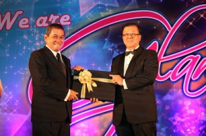 Dato' Ibrahim Mohd. Nor receiving a souvenir from Dato' Sri Ir. Chong Ket Peng at Protasco's annual dinner November 2013