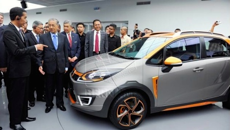 President Jokowi being showcased with Proton latest indigenous product Iriz by Chairman Tun Dr. Mahathir at Proton plant in Shah Alam