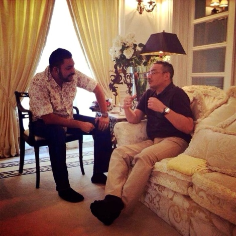 Papagomo in casual interesting chat with UMNO VP Hishamuddin Hussein, believed to be at latter's home