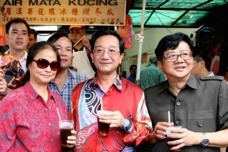 Dr Huang along with his wife (left) made an impromptu visit to Petaling Street Friday to handover mooncakes to various traders. Accompanying them was Hawkers and Petty Traders Association president Datuk Ang Say Tee.