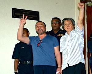 KUALA LUMPUR, 12 Okt -- Bekas naib ketua UMNO Bahagian Batu Kawan Datuk Seri Khairuddin Abu Hassan (kiri) dan peguam Matthias Chang (dua kanan) dibawa ke Mahkamah Majistret Kuala Lumpur, Isnin, menghadapi tuduhan cuba mensabotaj sistem perbankan dan kewangan negara. --fotoBERNAMA (2015) HAK CIPTA TERPELIHARA