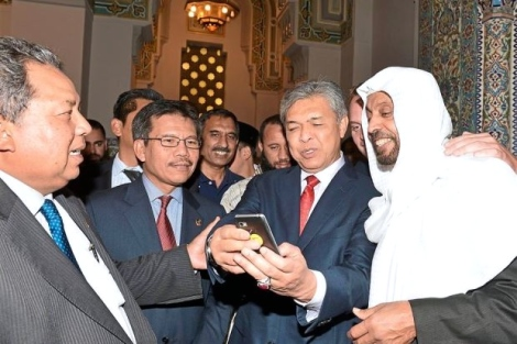 Picture time: Dr Ahmad Zahid taking selfie pictures with the Islamic Centre Imam Abdullah Khouj from Makkah, Saudi Arabia, after performing Friday prayers at the centre. Looking on are (from left) Malaysian Ambassador to the United States Datuk Dr Awang Adek Hussin and Home Ministry secretary-general Datuk Seri Alwi Ibrahim. — Bernama