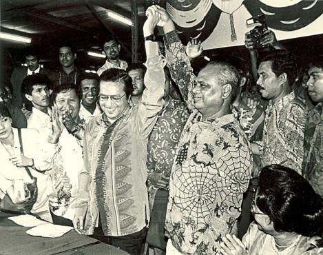 KEPUTUSAN pemilihan UMNO pada 24 April 1987 menyaksikan Dr. Mahathir Mohamad menang tipis dengan majoriti 43 undi untuk jawatan Presiden parti. GAMBAR ARKIB UTUSAN