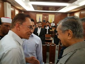 Tun Dr Mahathir lending support to Anwar Ibrahim in Court of Appeal 5 Sept 2016
